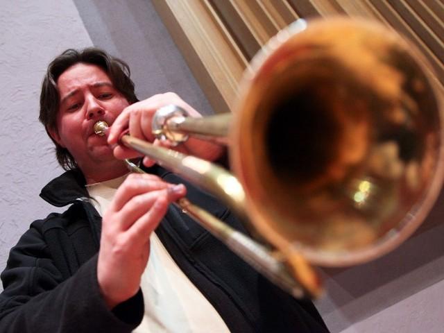 Wykonywanie klasycznej muzyki barokowej na historycznych instrumentach jest znacznie efektowniejsze - mówi białostocki trębacz Konrad Korzeniewski. Ćwiczy na kopii barokowej trąbki, którą kupiła opera.