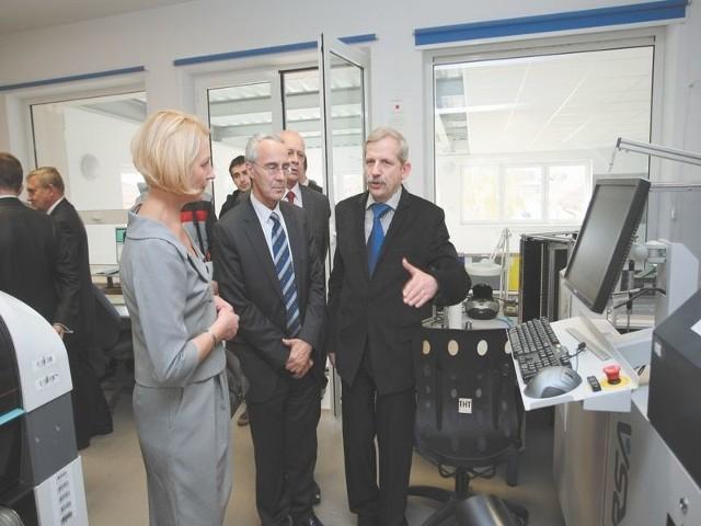 Macej Szumski, prezes spółki Plum (z prawej strony) oprowadzał po nowej hali firmy Patricka Amblarda, przedstawiciela Komisji Europejskiej (po środku)