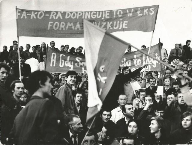 Kibic ŁKS w Warszawie z transparentem poparcia dla ŁKS