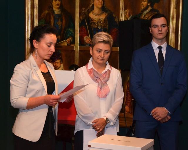 Listopad 2018: Karolina Marzec (z lewej) składa samorządowe ślubowanie. Obok radni Agata Zawadzka i Paweł Lasek