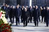 10. rocznica katastrofy smoleńskiej. Zdjęcia. Delegacja PiS zgromadziła się na pl. Piłsudskiego wbrew zakazowi