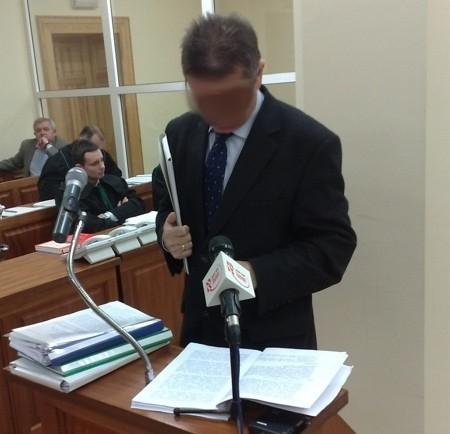 Oskarżony Janusz K. przyniósł dziś do sądu bardzo dużo dokumentów i nimi się wspiera składając wyjaśnienia.
