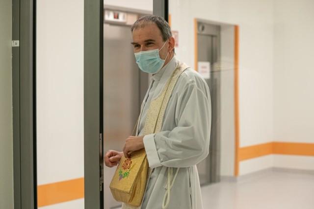 Zarobki księży w szpitalu. Tyle zarabia kapelan szpitalny!Ile zarabiają polscy księża? Źródła dochodów duchownych mogą być bardzo zróżnicowane. Jak się okazuje, jednym z nich są również szpitale. Księża są w nich zatrudniani jako kapelani do niesienia opieki duszpasterskiej chorym. Duchownych zatrudnia większość polskich szpitali, także w czasach pandemii koronawirusa. Szpital musi bowiem umożliwić pacjentom dostęp do księdza, a ponadto opłacić jego pensję. Ile zarabia kapelan szpitalny? Sprawdźcie, na jakie zarobki może liczyć ksiądz w szpitalu.ZOBACZ NA KOLEJNYCH SLAJDACH >>>POLECAMY TAKŻE:Emerytury księży znów wzrosną!Ile zarabiają księża? Więcej od prezydentów miast, lekarzy czy wojskowych