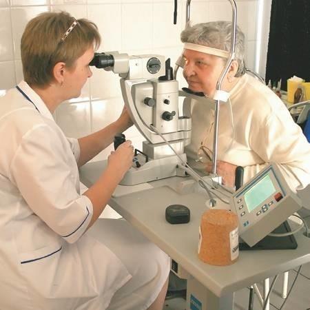 Helena Szymkowiak na zabiegi i badania do Kostrzyna dojeżdża z Gorzowa. Chwali sobie personel oddziału okulistycznego. Na zdjęciu badanie z wykorzystaniem lasera wykonuje ordynator Danuta Kunt.