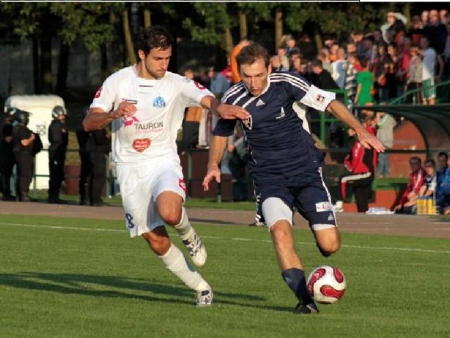 Ponad rok temu Tomasz Kasprzyk (z prawej) i jego koledzy ulegli w Zdzieszowicach Ruchowi Chorzów 1-3.