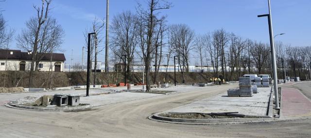 Parking typu park&ride Podłęże Południe powstaje w ramach ogromnego transportowego projektu, prowadzonego przez gminę Niepołomice. Plac postojowy na 60 miejsc ma być gotowy w najbliższych tygodniach