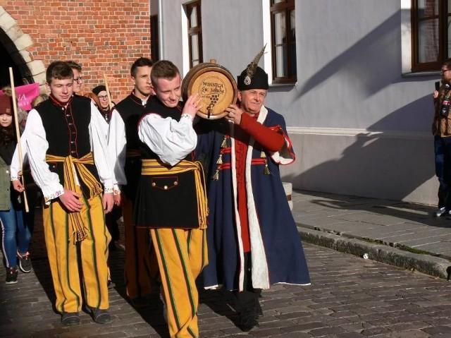O godzinie 12 z Zamku  wyruszy w stronę sandomierskiego Rynku winny korowód.