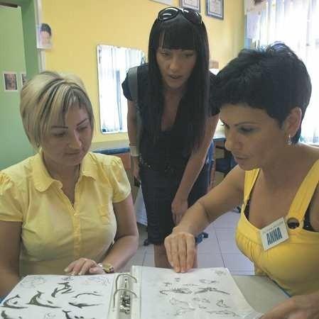 Pani Aneta ma już jeden delikatny tatuaż, teraz myśli o kolejnym. W wyborze pomaga jej koleżanka Dagmara i specjalistka od dekoracji różnych części ciała Anna Jackowska.