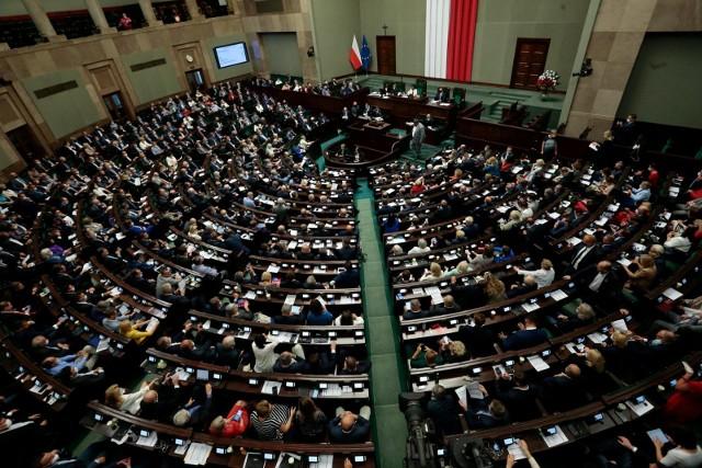 Najnowszy sondaż. Pięć ugrupowań w Sejmie. Zjednoczona Prawica z dużą przewagą nad Koalicją Obywatelską