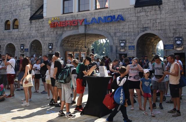 Energylandia mocno promuje możliwość wykorzystania Bonu Turystycznego w parku rozrywki. Przy wejściu znajdują się stoiska informacyjne
