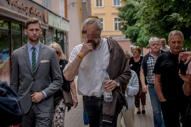 """Już po wyjściu z Prokuratury Okręgowej w Świdnicy Mateusz K. przechadzał się po mieście w towarzystwie działaczy KOD-u. W końcu dopadł go głód. Posilił się w lokalnym barze """"Pierożek""""."""
