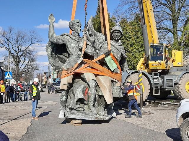 Pomnik Braterstwa Broni w Czechowicach-Dziedzicach został zdemontowany w poniedziałek 26 kwietnia 2021 r. Zobacz kolejne zdjęcia. Przesuwaj zdjęcia w prawo - naciśnij strzałkę lub przycisk NASTĘPNE