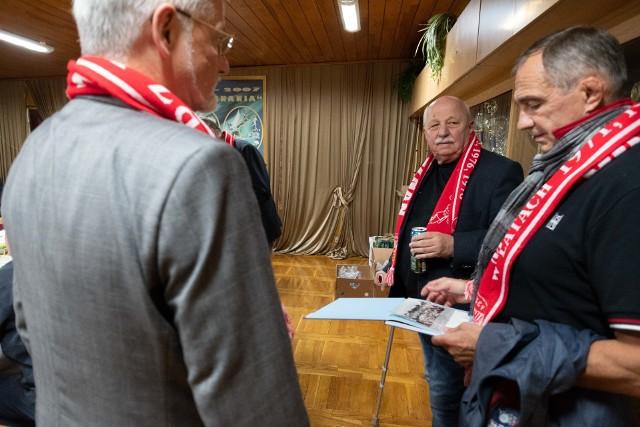 Pamiątkowe zdjęcie uczestników jubileuszowego spotkania w sali konferencyjnej Posnanii