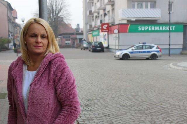Policja często patroluje ulice przy rynku.