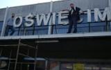 """Oświęcim. Ze starego budynku dworca kolejowego zniknął napis """"Oświęcim"""". To symboliczny początek rozbiórki tego zabytkowego obiektu"""
