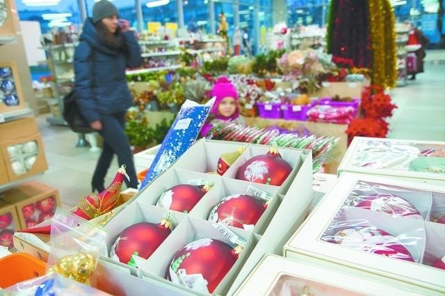 Zakupy świąteczne to nie tylko prezenty, ale także dekoracje czy ozdoby choinkowe. Sklepy przygotowały już szeroką ich ofertę.