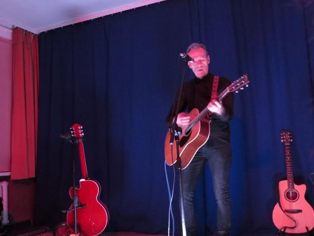 Pełna sala widzów i miejsca siedzące w holu Miejskiego Centrum Kultury  - tak Aleksandrow Kujawski powitał Johna Portera. Wstępem na koncert tego artysty  były bezpłatne wejściówki. John Porter po cichutku wślizgnął się na scenę, przywitał publiczność i zaczął swój występ w otoczeniu dodatkowych gitar, po które sięgał podczas ponadgodzinnego koncertu. Sam zapowiadał zapowiadał swoje znane i całkiem nowe utwory, żartując i opowiadając anegdotki. Krótko, skromnie z uśmiechem jakby wyczuwając, że dla widzów najważniejsze były jego piosenki.  Więc pod dwóch, trzech zdaniach  grał (także na harmonijce ustnej) i śpiewał. Pięknie, z klasą. Intymnie, ale też chwilami energetycznie. - Mistrz gitary i mistrz budowania nastroju - takie opinie słychać było wśród widzów, opuszczających Miejskie Centrum Kultury.