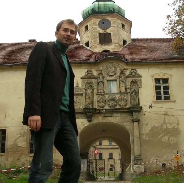 Dyrektor muzeum w Glogówku Aleksander Devosgues Cuber do dziś oficjalnie nie wie, ze pomieszczenia, ktore zajmuje maja nowego wlasciciela.