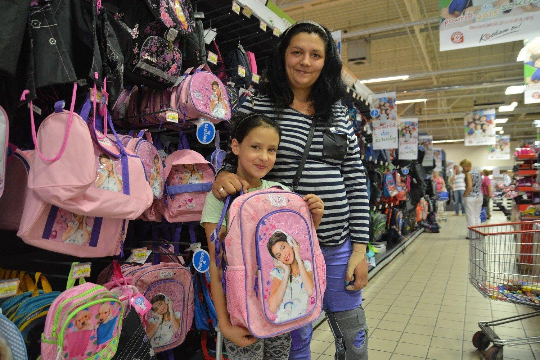 42b69f3a32048 Pani Żaneta z córką Wiktorią wczoraj szukały plecaka do szkoły