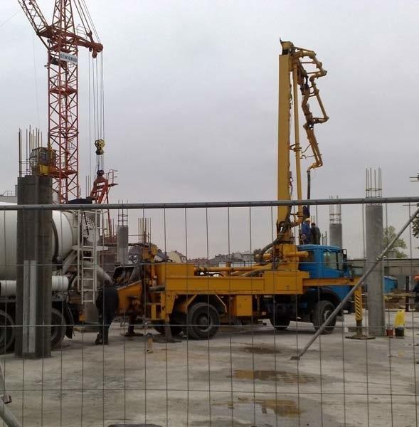 Budowa Gryfa. Betonowe słupy już stoją.