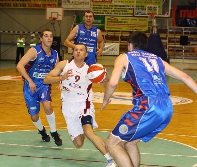 Grzegorz Terlikowski (z piłką) w Spójni wiele sobie nie pograł. W kolejnym sezonie będzie reprezentował inny klub.