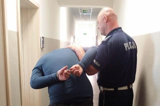 Mężczyzna, który zaproponował policjantowi łapówkę trafił do komendy. Tu tłumaczył się ze swojego nieodpowiedzialnego zachowania