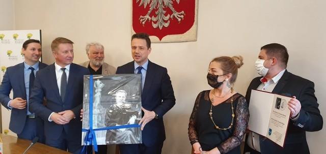 Portret i podziękowania (trzyma je Łukasz Płatek, pierwszy z prawej) Rafał Trzaskowski otrzymał podczas spotkania w Starostwie Powiatowym