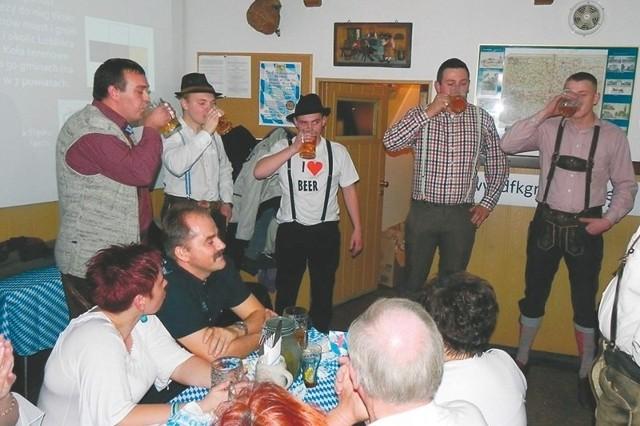 Kto najszybciej opróżni swój kufel? - zastanawiali się na piwnym wieczorze goście. Konkurs wygrał Marek Warwas (1. zawodnik z prawej).