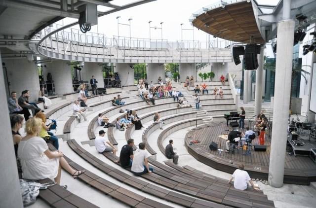 Nieliczni widzowie podczas drugiej części festiwalu w amfiteatrze przy Odeskiej