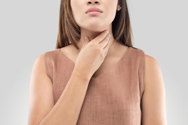 """Choroba Hashimoto prowadzi do powolnego zniszczenia miąższu tarczycy, powodując niedoczynność narządu i objawy charakterystyczne dla tego schorzenia. Ponieważ choroby autoimmunologiczne """"lubią"""" występować wspólnie, u osób ze zdiagnozowanym Hashimoto, często podczas dalszej diagnostyki leczniczej stwierdzana jest celiakia, łysienie plackowate, bielactwo, choroba Addisona i Biermera lub reumatoidalne zapalenie stawów. Z drugiej strony u osób z wymienionymi jednostkami choroba Hashimoto występuje częściej niż u osób zdrowych. Poznaj objawy Hashimoto przesuwając zdjęcia w prawo przez naciśnięcie strzałkę lub przycisku NASTĘPNE."""
