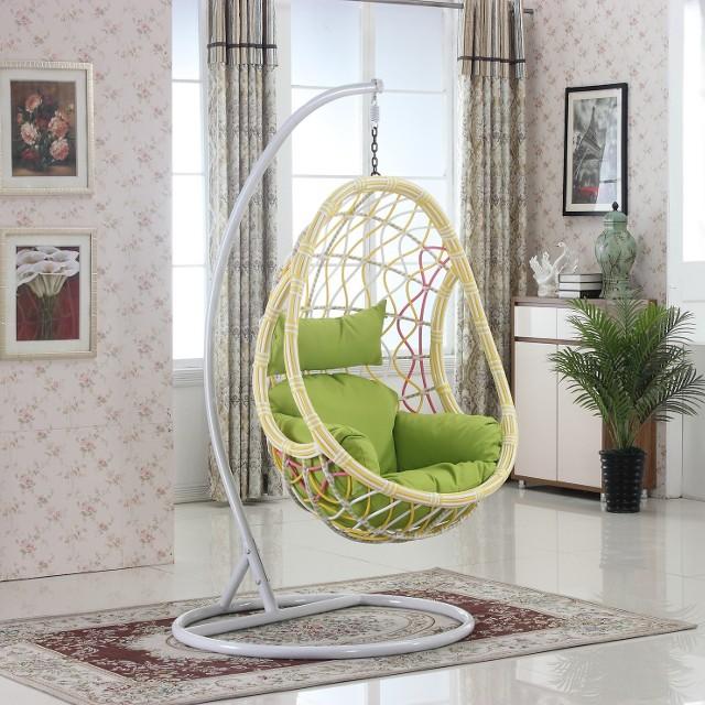 Fotel wiszący w aranżacji mieszkaniaFotele wiszące znoszą obciążenie od 120 do nawet 300 kilogramów.