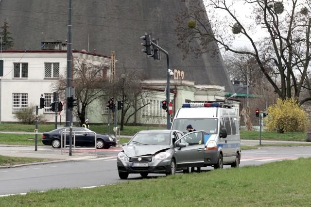 Po wypadku kierowca suzuki zatrzymał się na ul. Wróblewskiego.
