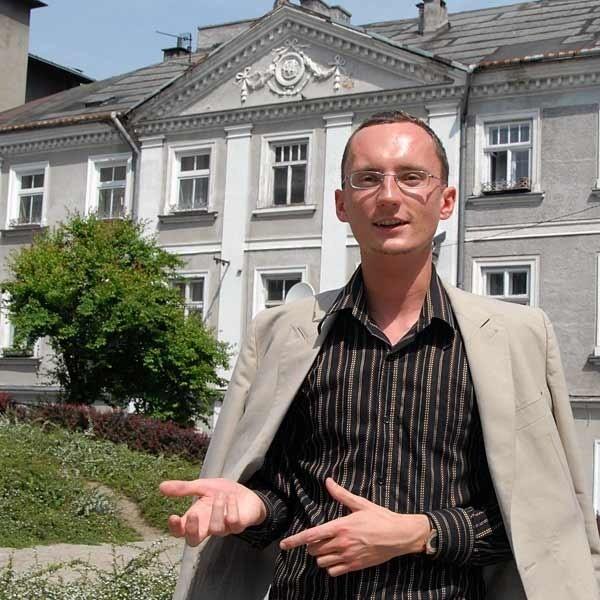 Tomasz Pudłocki przed domem, w którym mieszkał Grabiński, prekursor polskiej fantastyki.