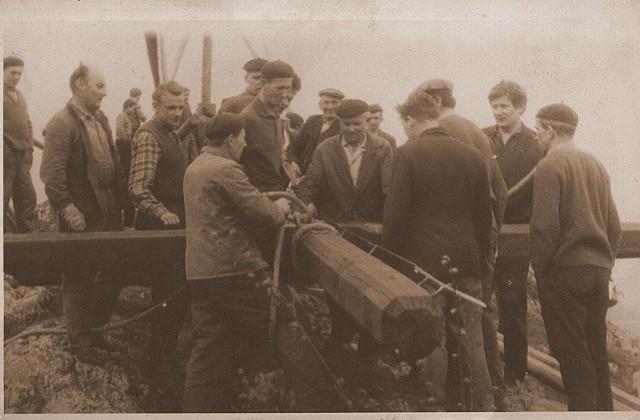 Krzyż na skale w Nielepicach był stawiany już pięciokrotnie. Za każdym razem w wynoszeniu drzewa i podnoszeniu krzyża uczestniczy kilkudziesięciu mężczyzn