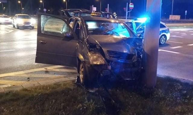 Wypadek na skrzyżowaniu ulic Piastowskiej z Kazimierza Wielkiego w Białymstoku. Jedno z aut świadczyło usługi przewozu osób