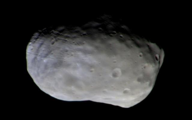 Zobrazowanie większego z dwóch księżyców Marsa o nazwie Fobos. Dwa zdjęcia, które posłużyły do stworzenia kolorowego obrazy naturalnego satelity, zostały wykonane przez kamerę CaSSIS 26 listopada 2016 roku z odległości 7700 km.
