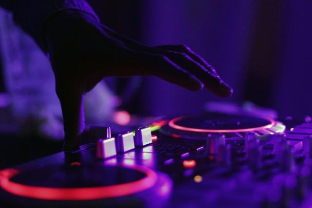 """Jak ustaliła prokuratura, policjant miał uderzyć DJ-a, bo ten nie chciał puścić """"jego"""" piosenki"""