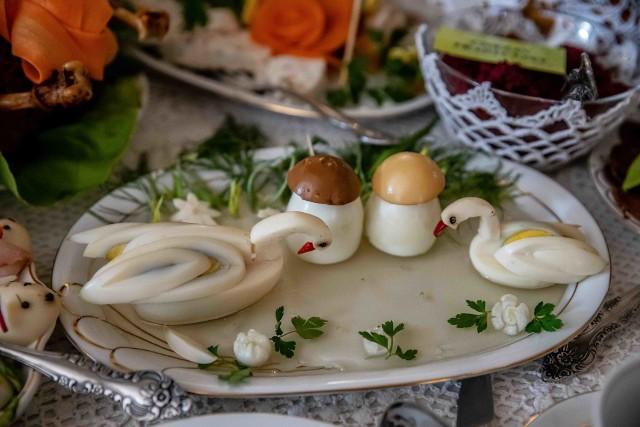 Przypatrz się dobrze tym łabędziom. Wykonane są z jajek. Oczy mają z czarnego pieprzu, a dzioby - z papryki. Grzybki też są jajeczne
