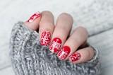 Paznokcie świąteczne 2020. Ostatni moment, by zrobić sobie paznokcie na święta - niekoniecznie czerwone! Zobacz, co jest modne