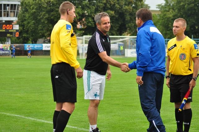 Jacek Magnuszewski (w czarno-białym stroju) trener Radomiaka Radom.