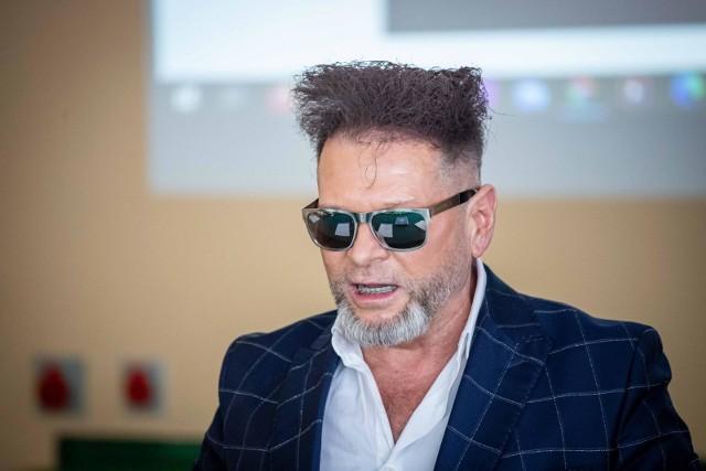 Krzysztof Rutkowski, znany i kontrowersyjny współwłaściciel agencji detektywistycznej spędził noc w łódzkim szpitalu im. Wojskowej Akademii Medycznej. Przeszedł operację po urazie, którego nabawił się podczas akcji.Czytaj dalej na kolejnym slajdzie: kliknij strzałkę w prawo