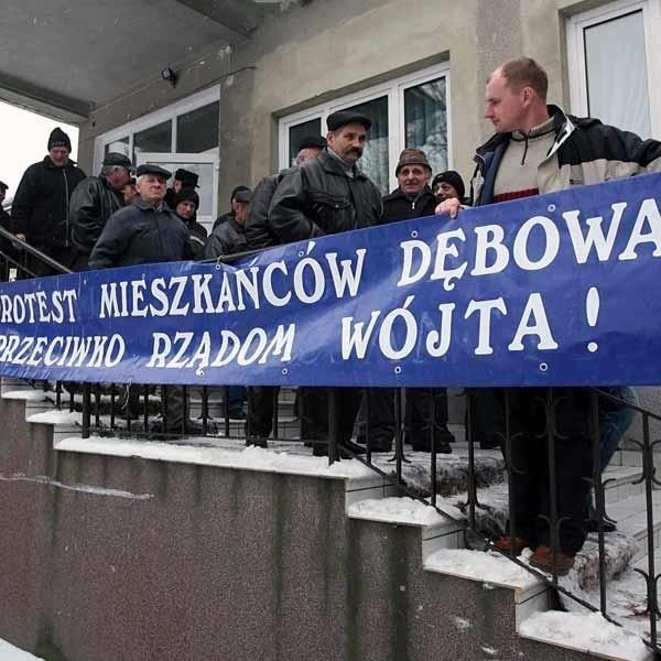 Na wczorajszą sesję ludzi zabrali baner protestacyjny. Na co dzień wisi on w Dębowie.