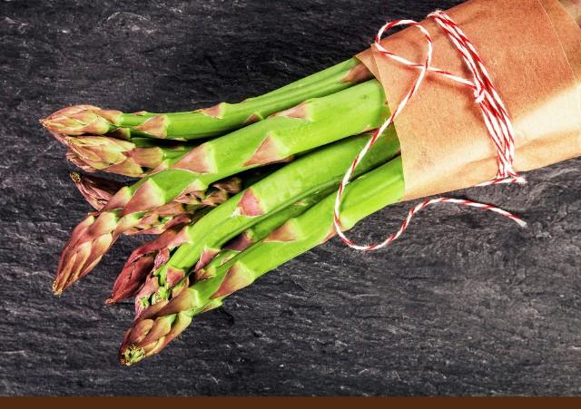 """Słowo szparag wywodzi się od greckiego """"asparagus"""" oznaczającego """"młody pęd""""."""