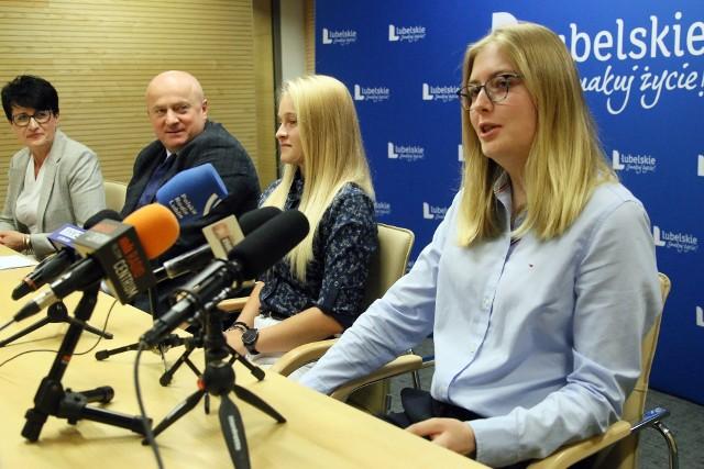 W konferencji prasowej marszałka wzięły udział ubiegłoroczne stypendystki - Gabriela Hunek i Patrycja Lewczyk