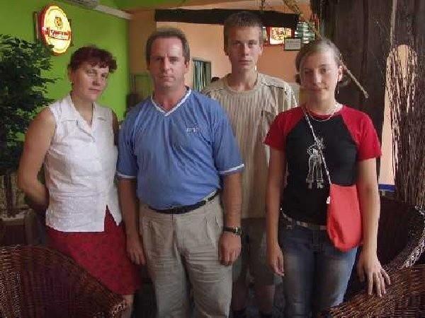 Milena i Kamil Czystowscy z rodzicami Krystyną  i Marianem Rezmer.