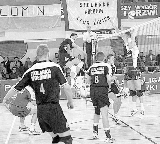 Atutem nyskiego zespołu był w Wołominie skuteczny blok. W akcji Rafał Dymowski (z prawej).