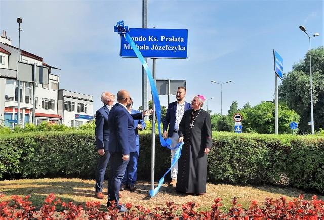 Rondo u zbiegu ulic Zwierzynieckiej, Kazimierza Wielkiego i Eugeniusza Kwiatkowskiego w Tarnobrzegu nosi imię Księdza Prałata Michała Józefczyka