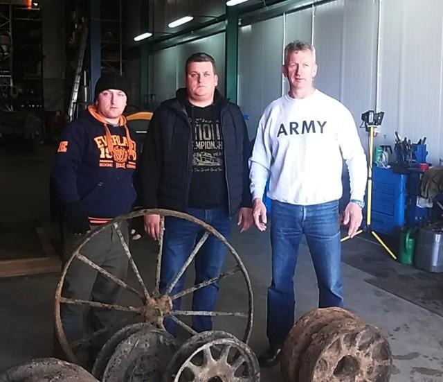 Koła napędowe, koło prowadzące, fragment gąsienicy od czołgu T-34 znalezione w stawku przeciwpożarowym