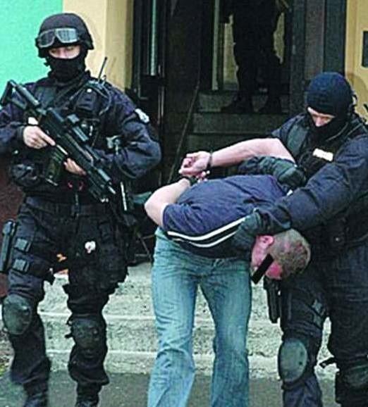 """Policjanci wyprowadzają """"Klona"""" z jego mieszkania przy ul. Dzieci Polskich w grudniu 2007 r. Dzięki decyzji sądu po 48 godzinach podejrzany mógł wrócić do domu."""