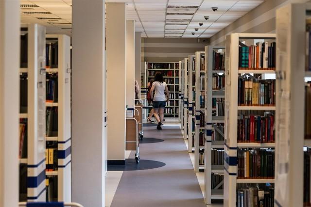 Bibliotekarze chwytają się za głowy, bo fantazja uczniów zdaje się nie mieć końca. Sprawdźcie, jak młodzi ludzie przekręcają tytuły znanych książek. Czasami ciężko nawet jest się domyślić, o co chodzi...Przejdź do kolejnego slajdu --->